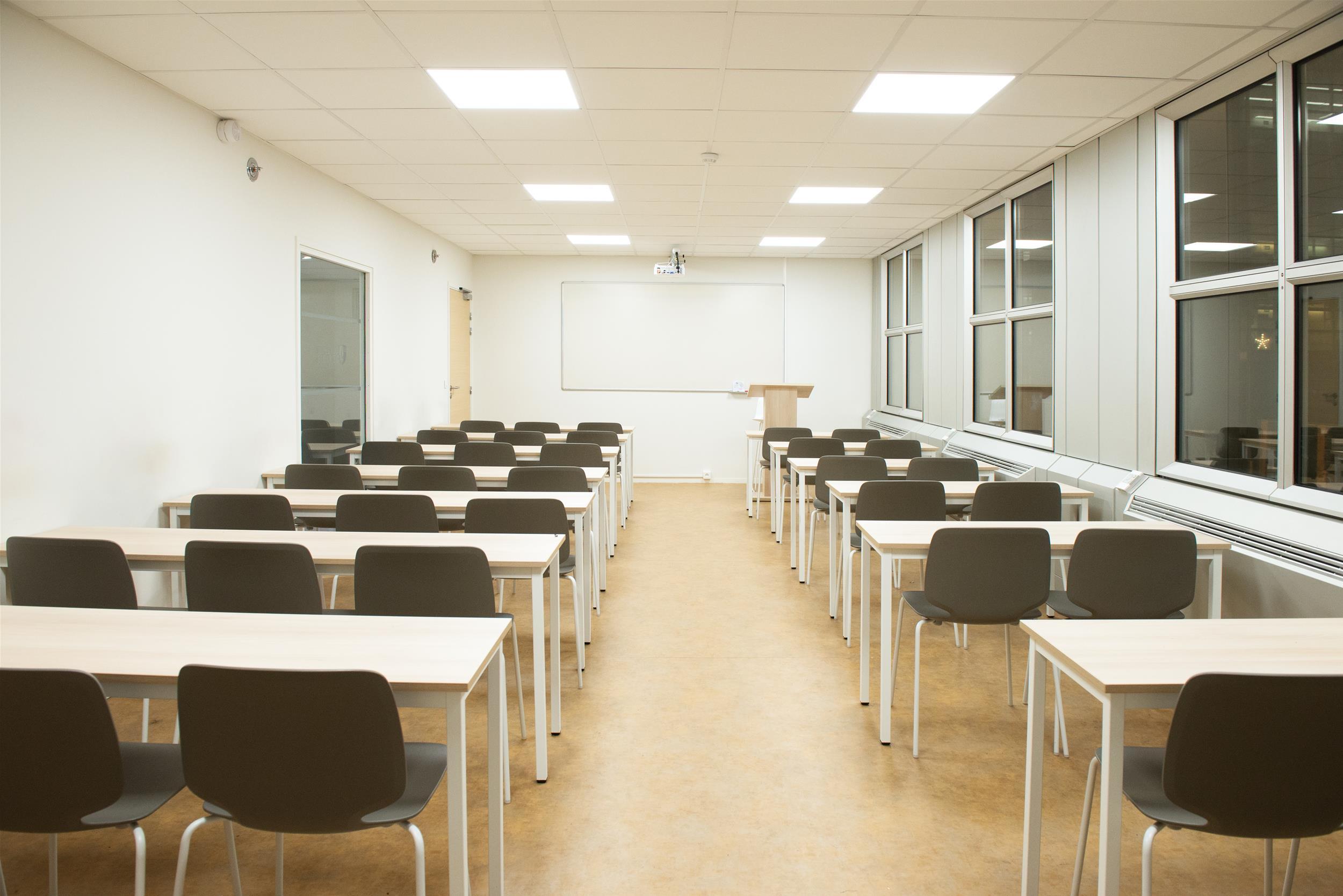 salle declasse-plafond acoustique-Tableau-chaises de cours