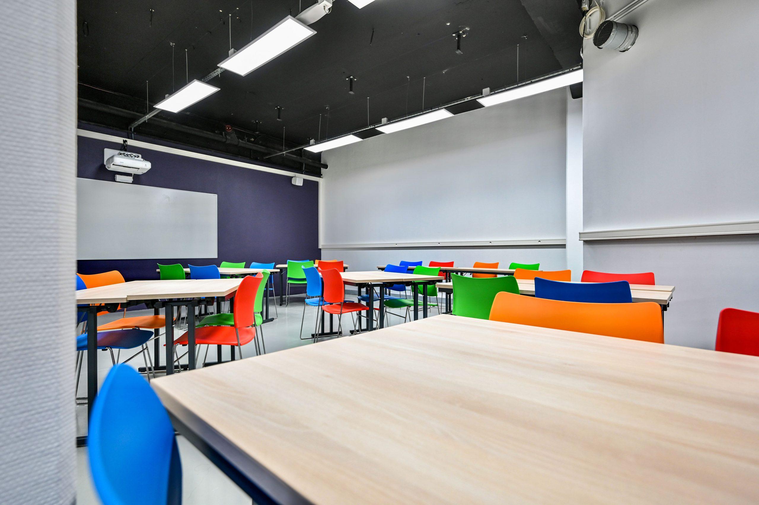 IGS-salle de classe-tableau-chaise-table de classe
