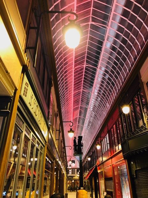Passage Jouffroy-verrière-Eclairage d'ambiance-luminaire coloré