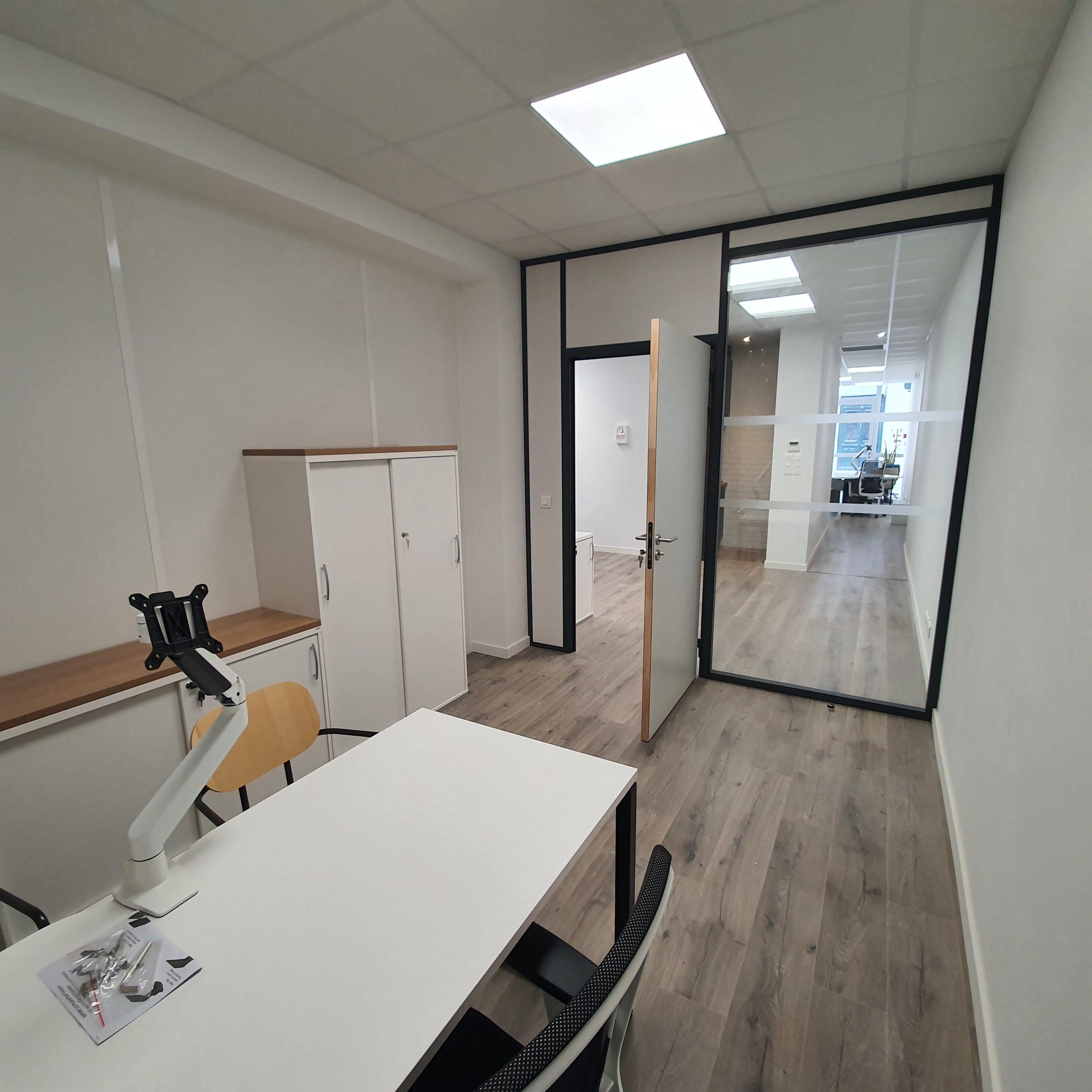 La France Mutualiste - Bureau Commercial, armoires de rangements, cloison vitrée et porte pleine
