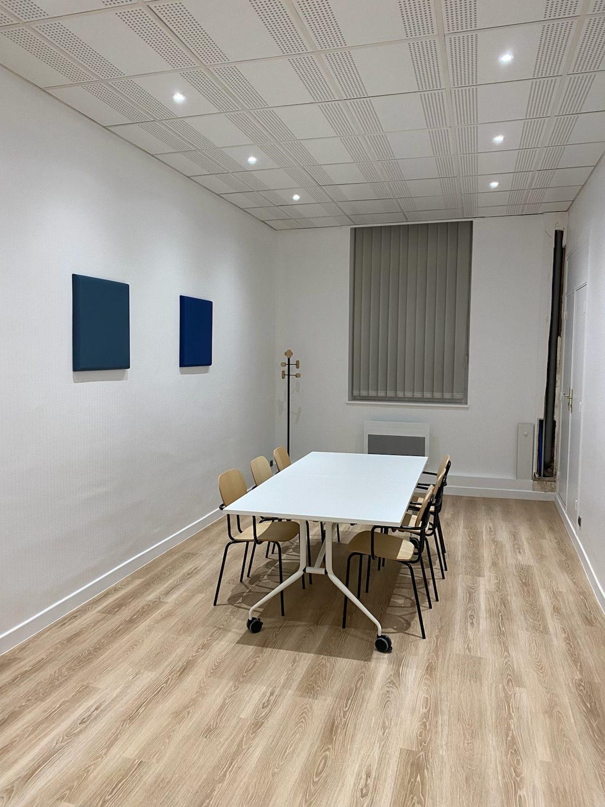 La France Mutualiste - Salle de réunion, table pliante, fauteuils visiteurs