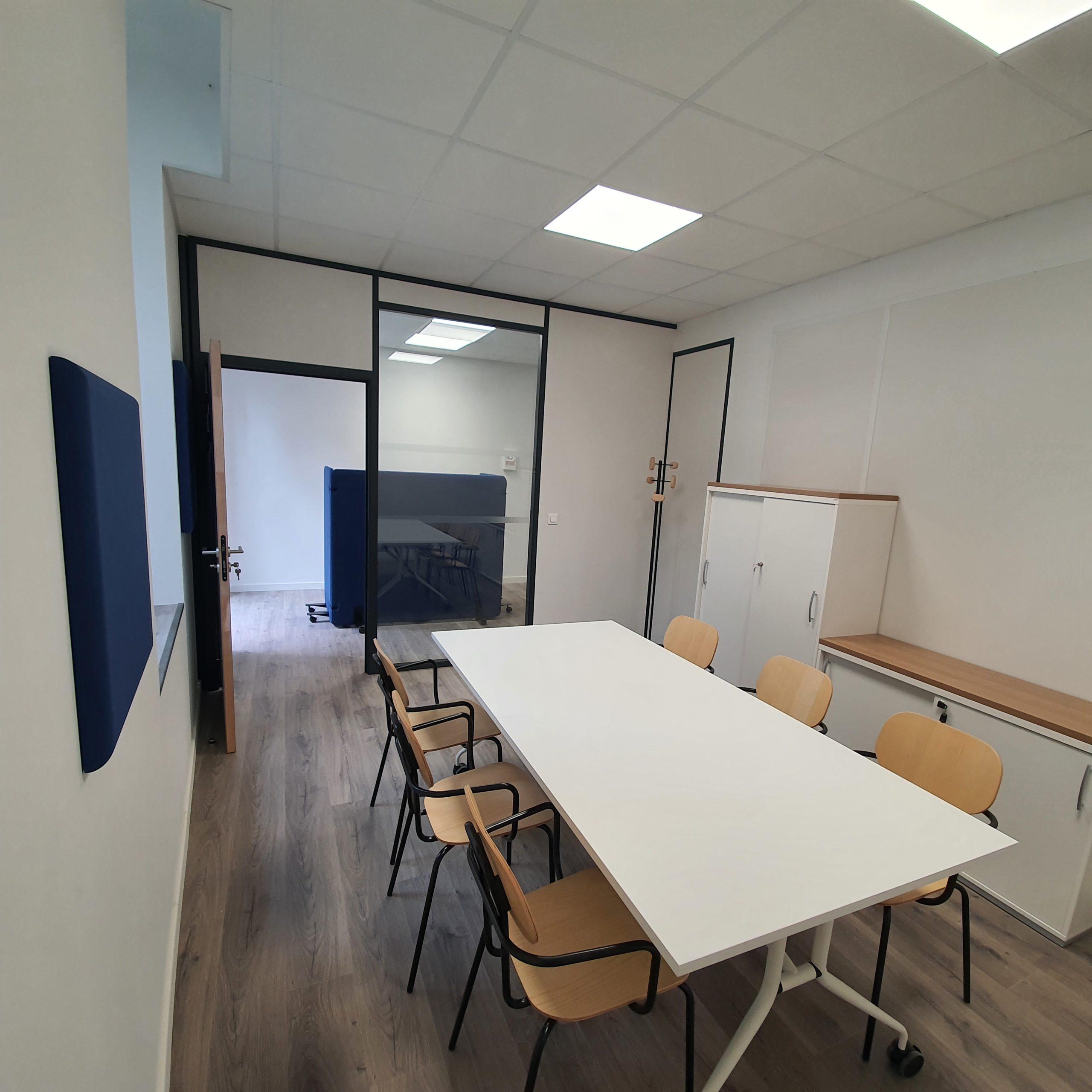 La France Mutualiste - Salle de réunion, armoires de rangements, panneau acoustique en tissu