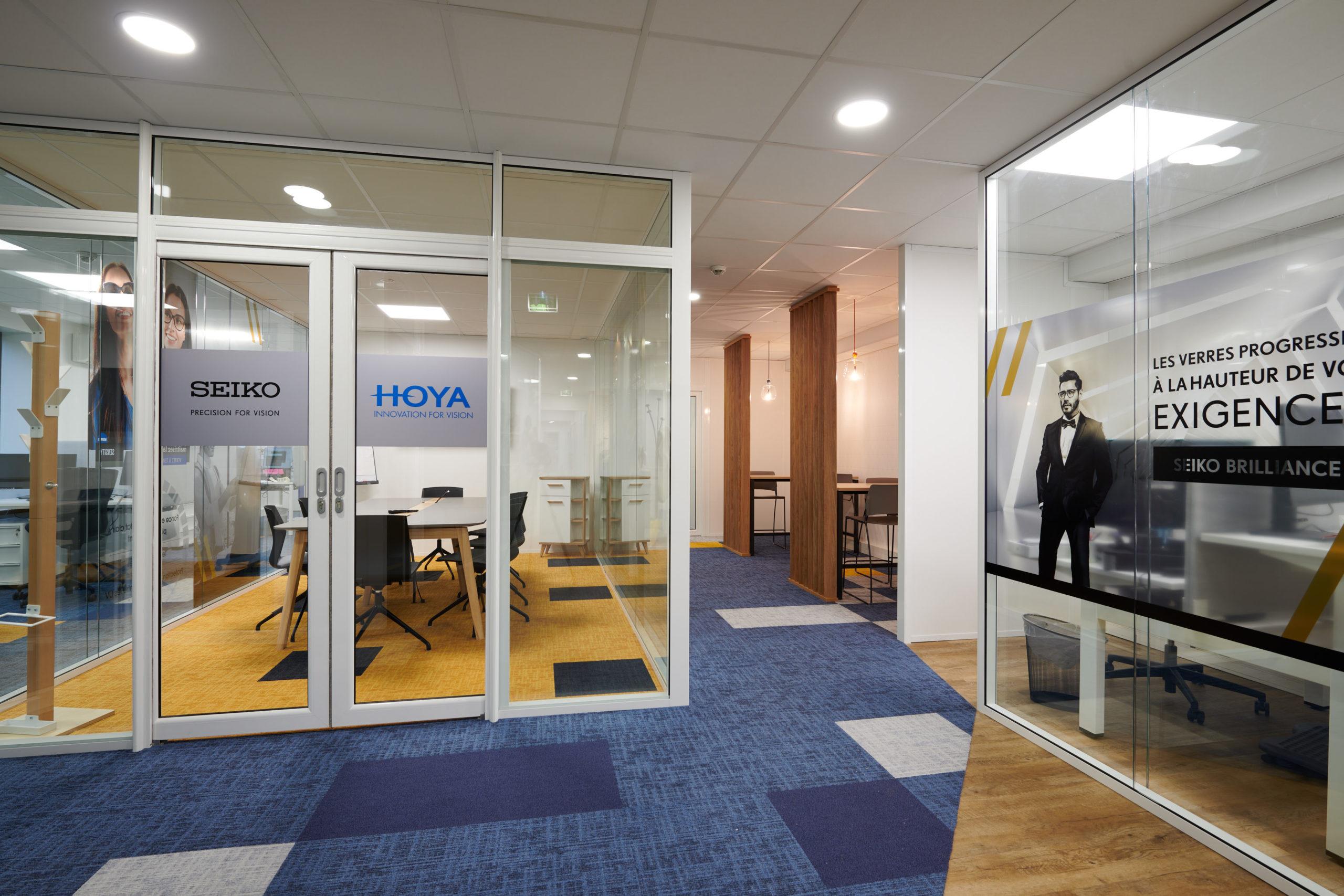 Hoya-moquette acoustique-cloison vitrée-porte manteau-film