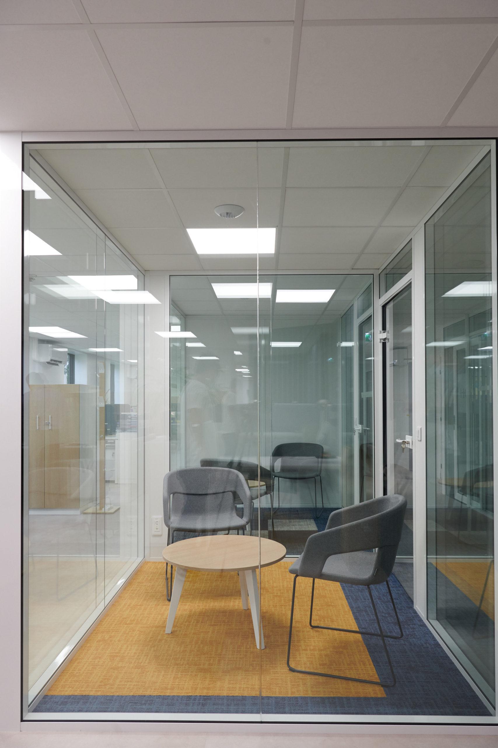 Hoya-espace informel-table basse-fauteuil-cloison en verre