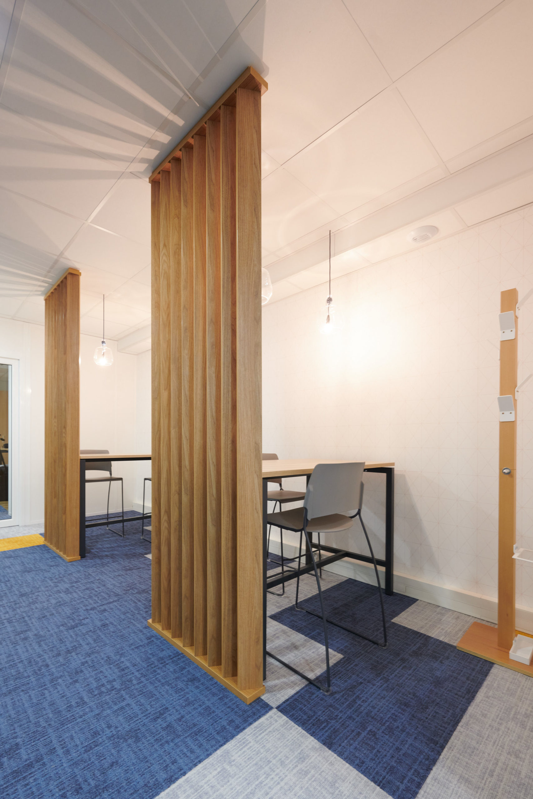 Hoya-espace informel-claustra-porte manteau bois-suspension
