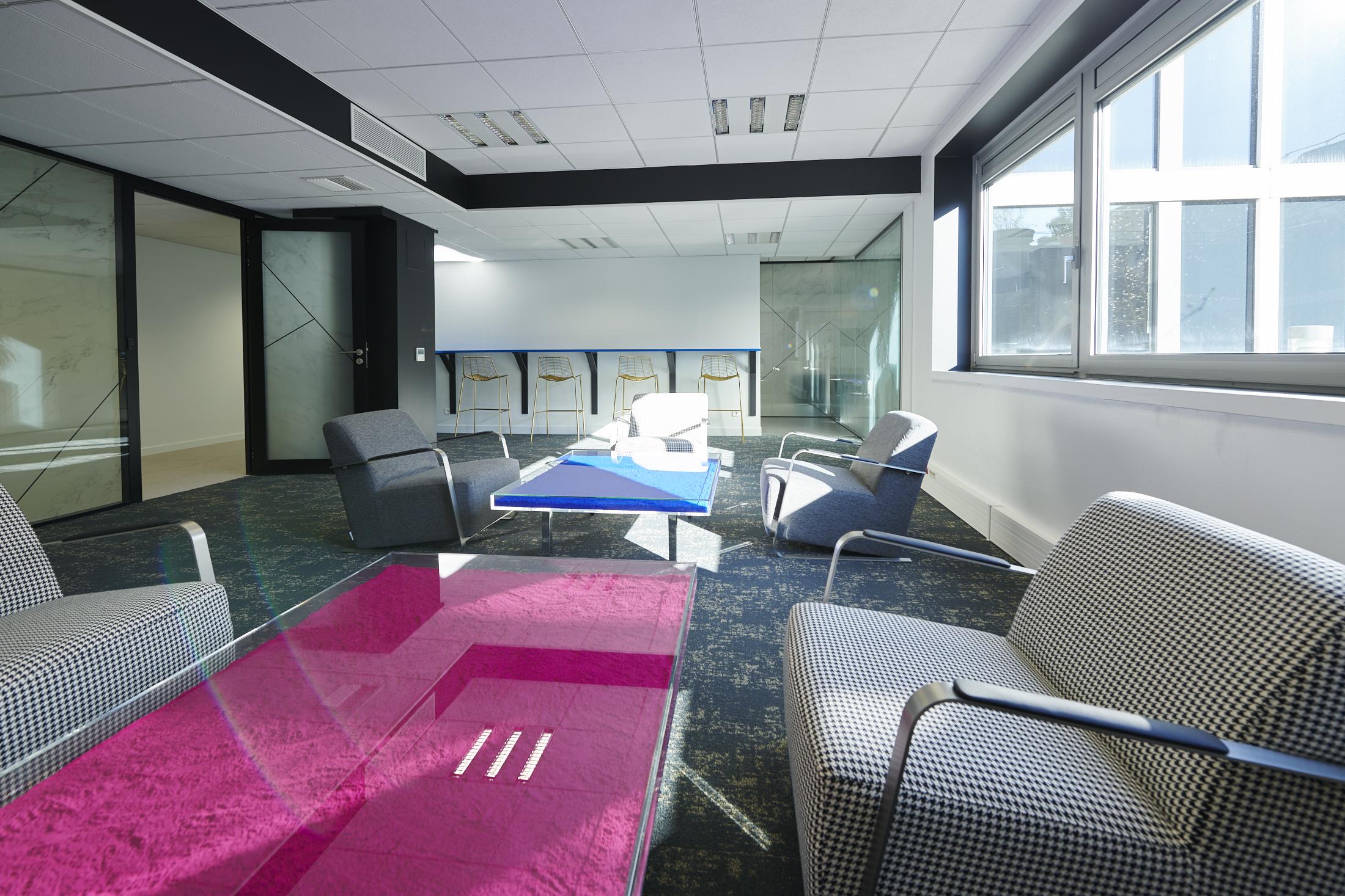 table basse-fauteuil d'attente-plafond acoustique-moquette acoustique