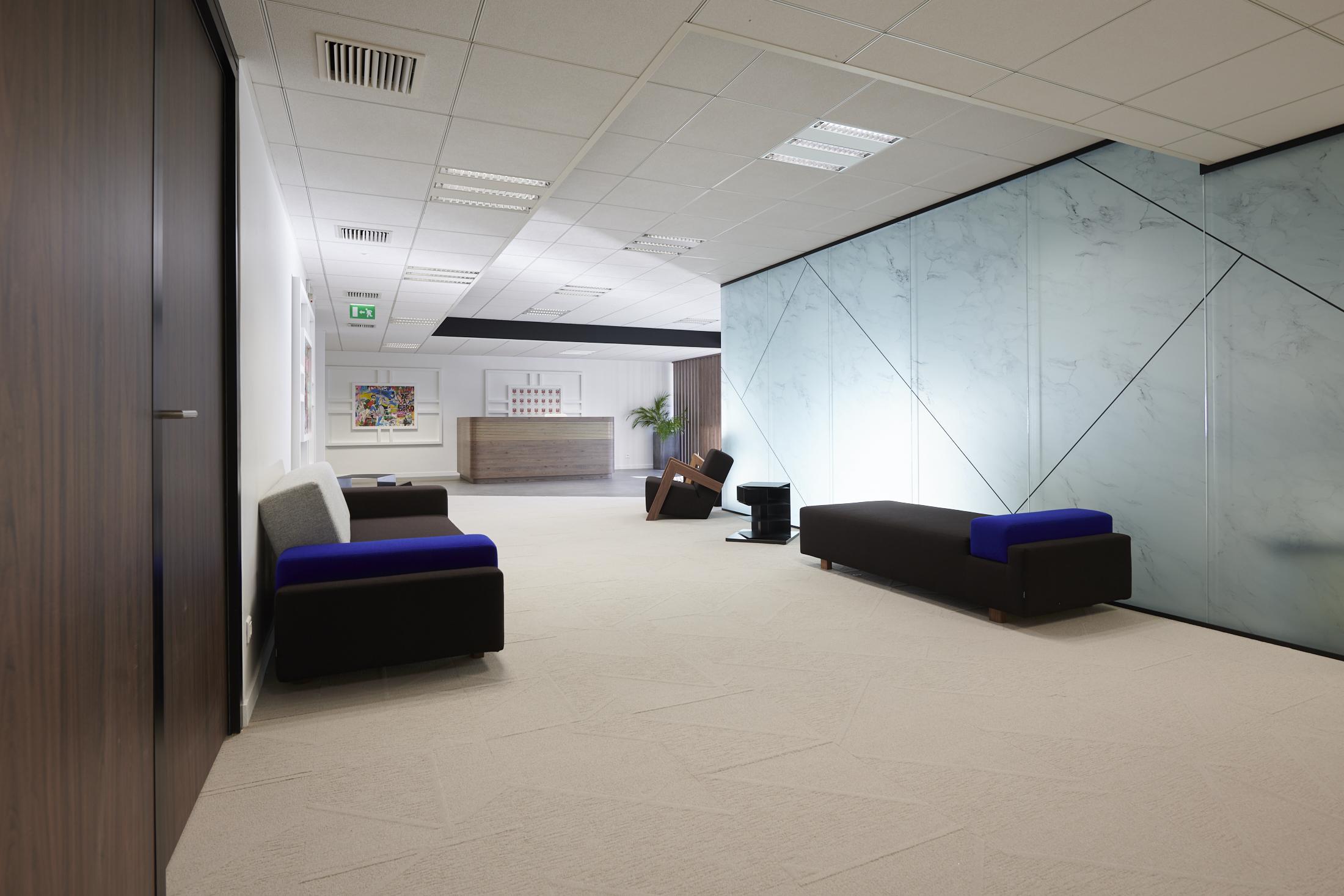 espace d'accueil-canapé-banquette-faux plafond-moquette acoustique