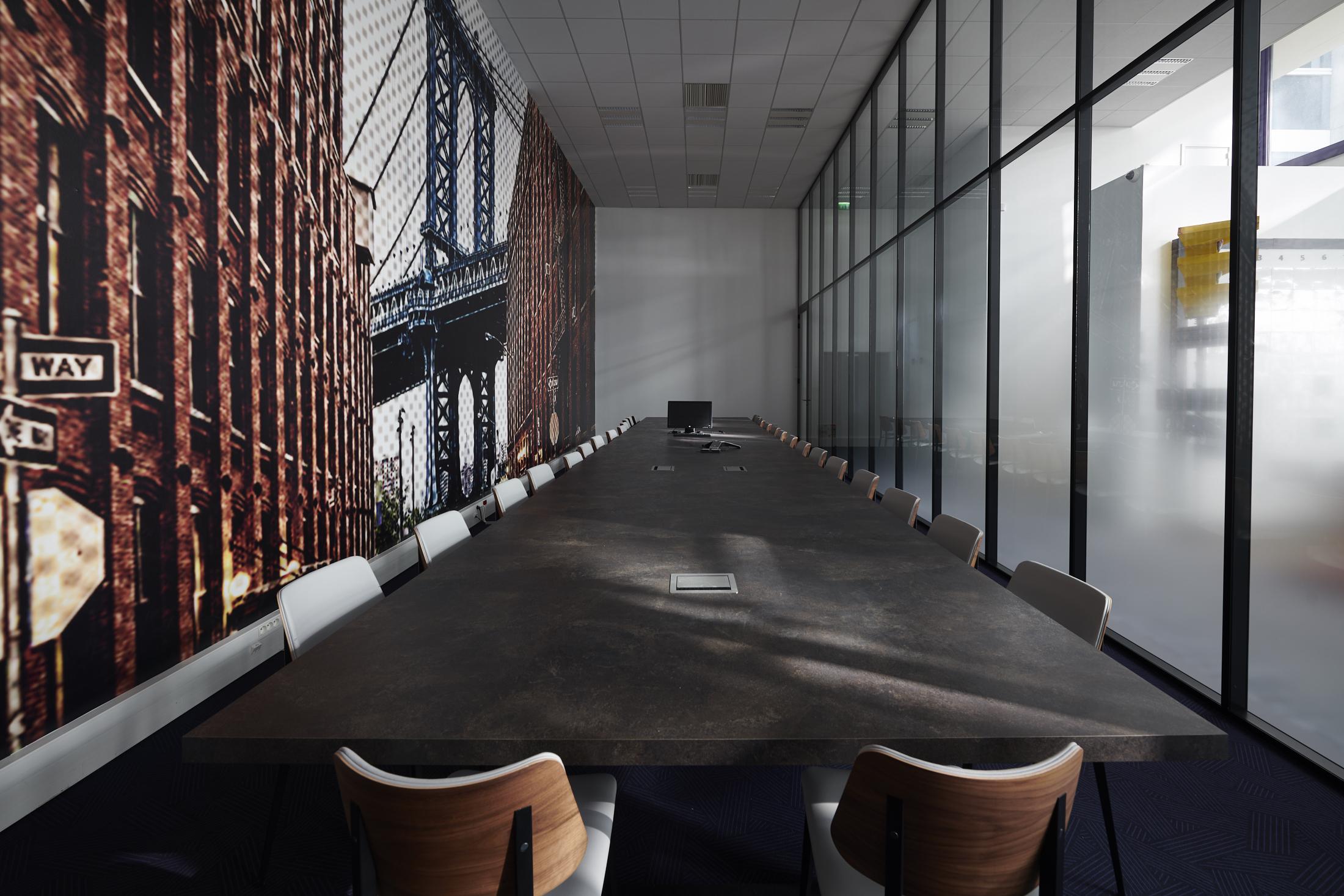 salle de conseil-vitrophanie-cloison vitrée-table réunion sur mesure