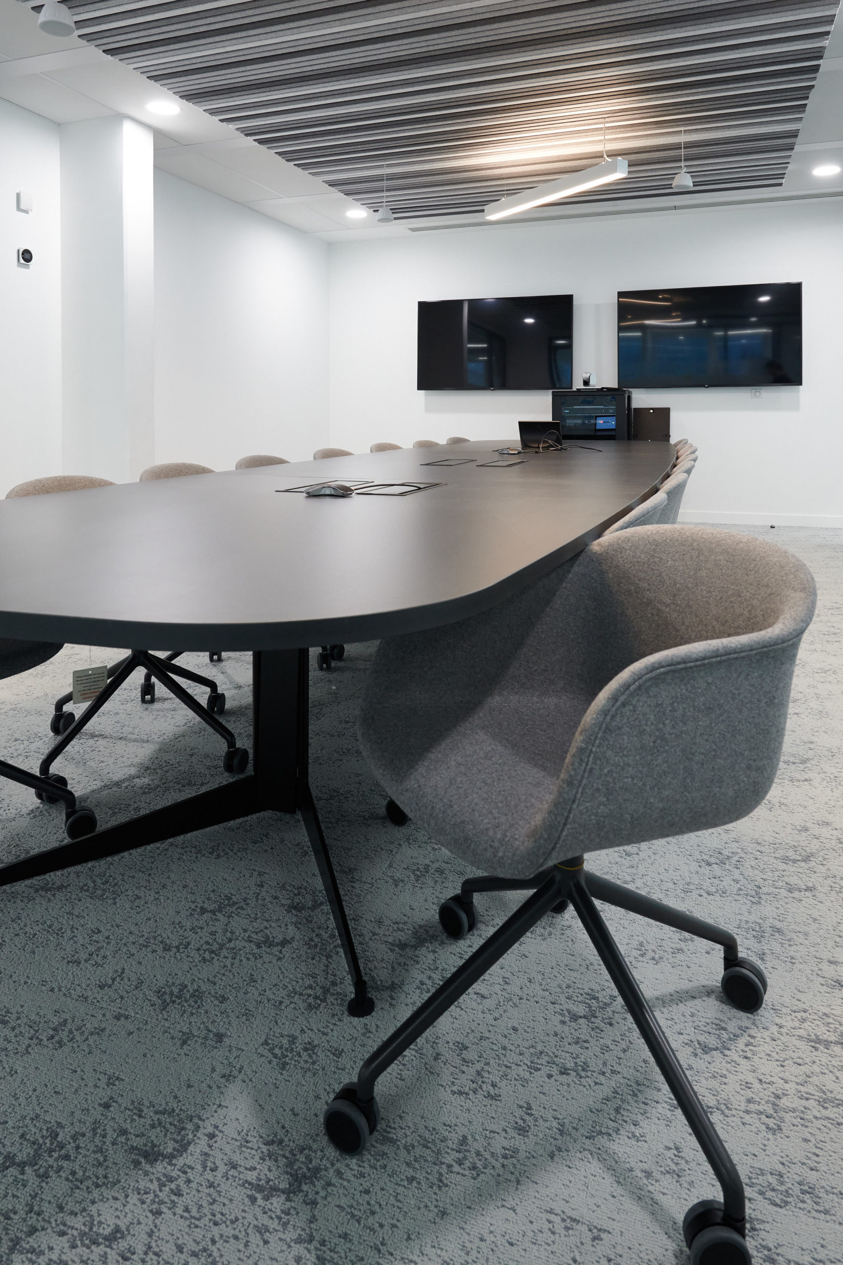 Skema-table réunion-fauteuil à roulette-écran vidéo