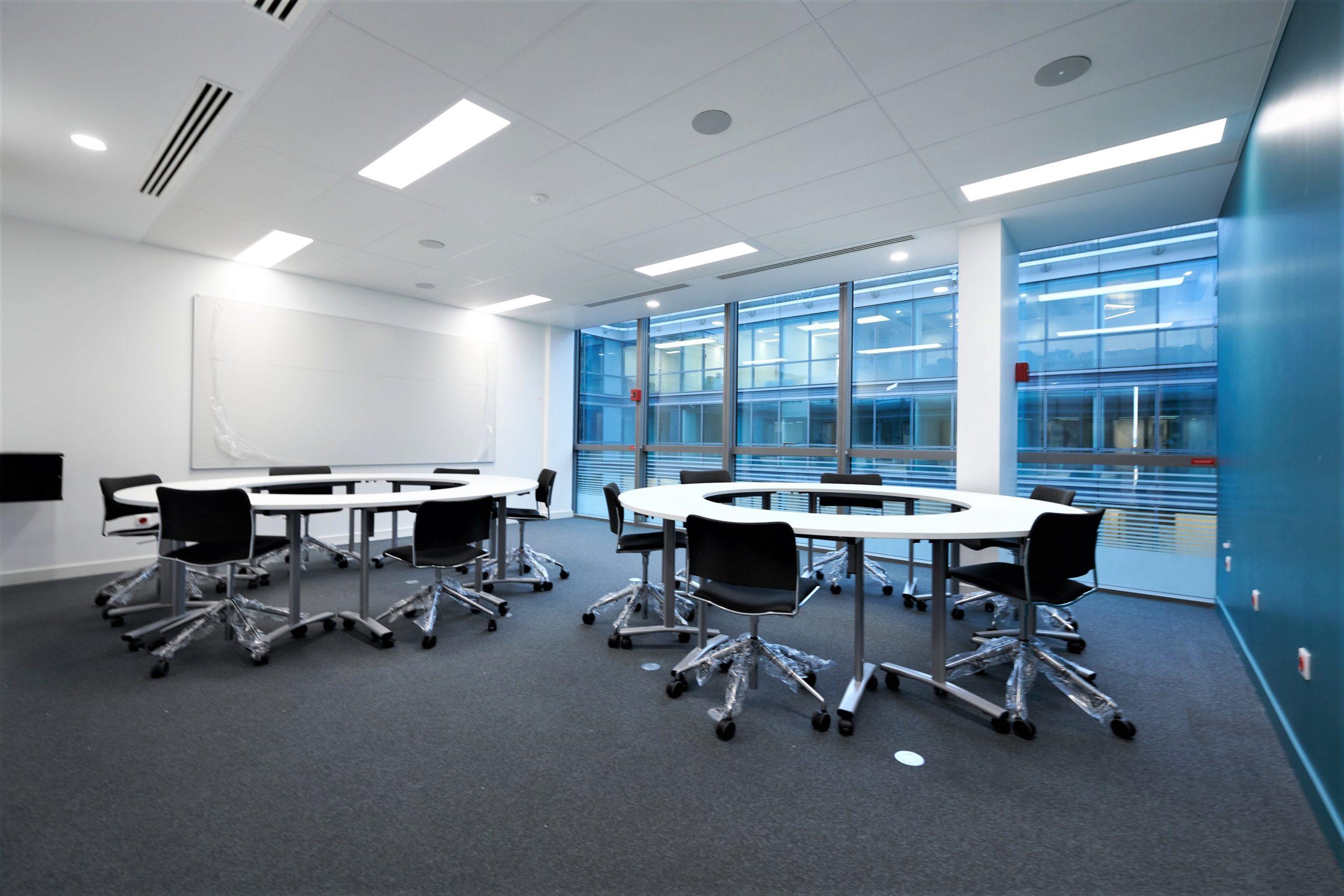 Skema-salle de travail-table sur mesure-fauteuil à roulettes