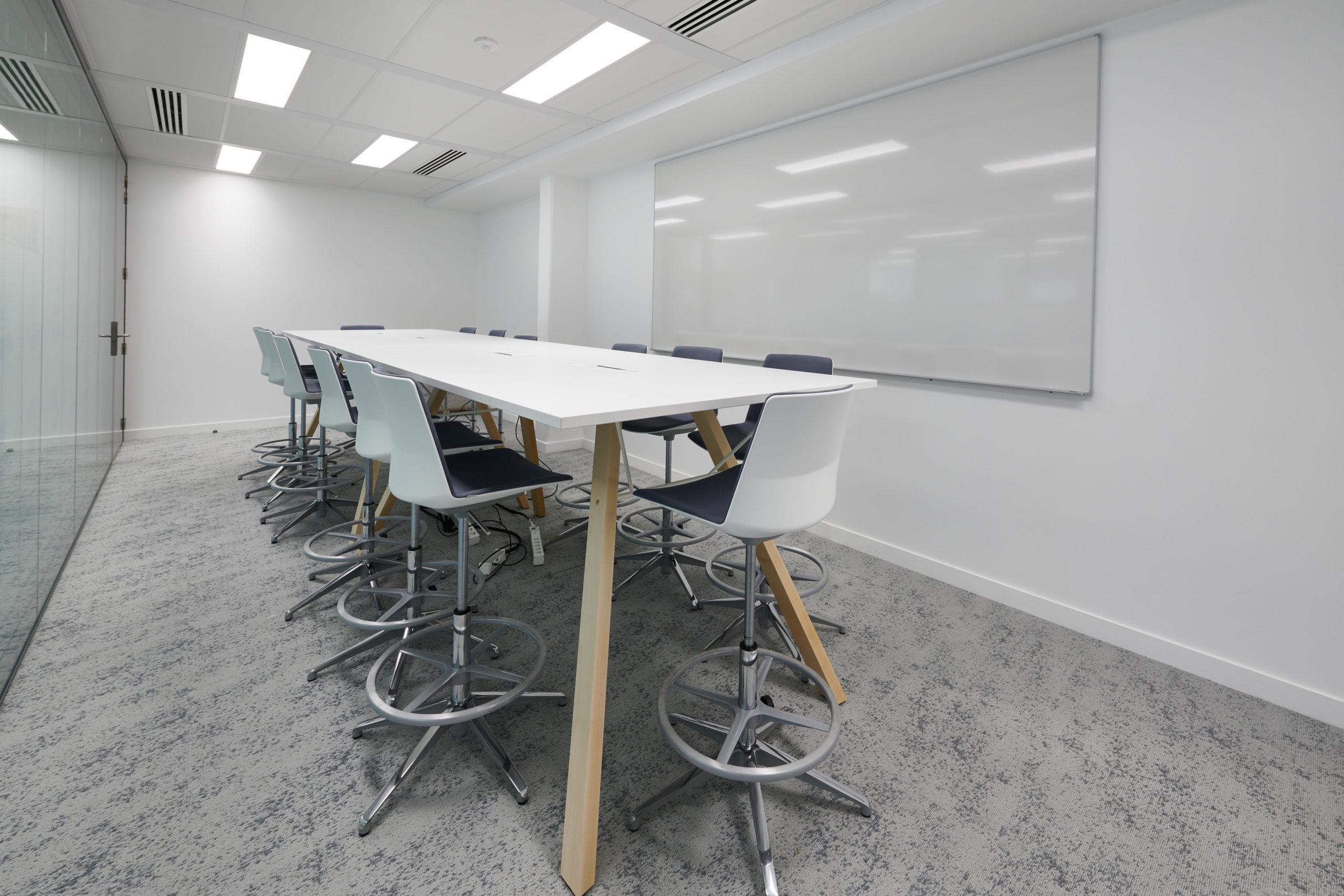 Skema-espace de travail-table haute-fauteuil haut-tableau velleda